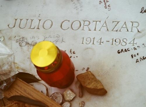 Могила Хулио Кортасара на кладбище Монпарнас в Париже