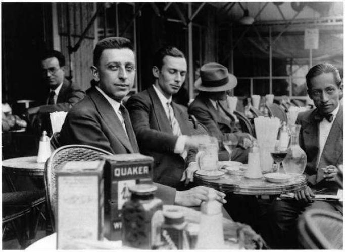 Робер Деснос в кафе Le Dome на Монпарнасе
